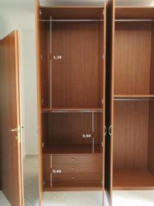 831116b2985b Καθαρίστε το εσωτερικό της ντουλάπας. Θα πρέπει να το κάνετε αυτό πριν  βγάλετε τα ρούχα σας πίσω. Σκουπίστε το πάτωμα